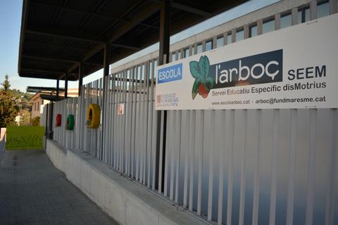 fotografia de la façana de l'escola